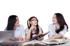 Groupe d'étudiants enthousiastes apprenant ensemble Images stock