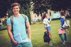 Groupe d'étudiants ethniques multi en parc de ville Photo libre de droits