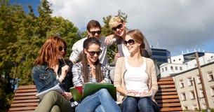Groupe d'étudiants heureux avec des carnets au campus Photo stock