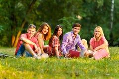 Groupe d'étudiants heureux avec des livres en parc Image stock