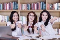 Groupe d'étudiants heureux avec des pouces Photos stock