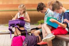 Groupe d'étudiants heureux d'école primaire dehors Photo libre de droits