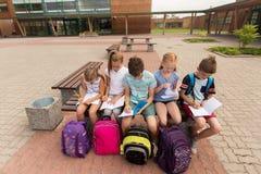 Groupe d'étudiants heureux d'école primaire dehors Photo stock