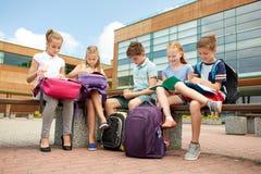 Groupe d'étudiants heureux d'école primaire dehors Image libre de droits