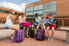 Groupe d'étudiants heureux d'école primaire dehors Photographie stock libre de droits