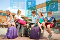 Groupe d'étudiants heureux d'école primaire dehors Images stock