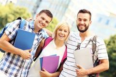 Groupe d'étudiants heureux devant le buildingd moderne Photo libre de droits