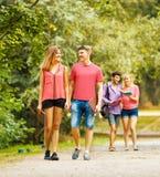 Groupe d'étudiants heureux en parc un jour ensoleillé Photo libre de droits