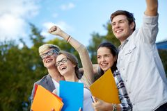 Groupe d'étudiants heureux montrant le geste de triomphe Images libres de droits