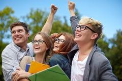 Groupe d'étudiants heureux montrant le geste de triomphe Photos libres de droits