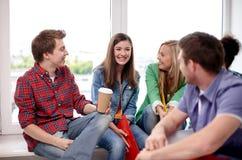 Groupe d'étudiants heureux ou de camarades de classe de lycée Photo stock
