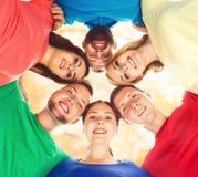 Groupe d'étudiants heureux restant ensemble Éducation, université : Photographie stock libre de droits