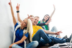 Groupe d'étudiants heureux sur une ondulation de coupure Photos stock