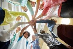 Groupe d'étudiants internationaux avec des mains sur le dessus Photos libres de droits