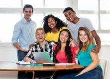 Groupe d'étudiants internationaux avec le professeur à la salle de classe Photo stock