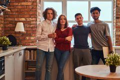 Groupe d'étudiants interraciaux avec l'ordinateur portable dans le dortoir d'étudiant photographie stock