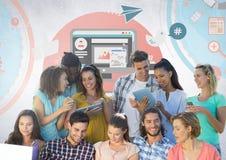 Groupe d'étudiants lisant devant les graphiques sociaux de media Photo stock
