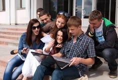 Groupe d'étudiants mâles et féminins Image libre de droits