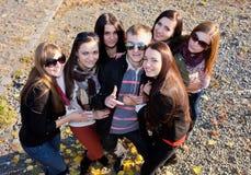 Groupe d'étudiants mâles et féminins en stationnement Photos stock