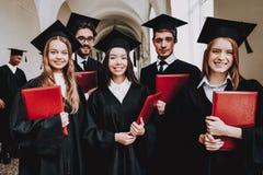 Groupe d'étudiants manteaux rester Couloir photos libres de droits