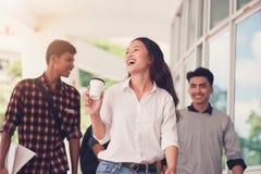 Groupe d'étudiants marchant dehors ensemble dans le campus, Photos stock