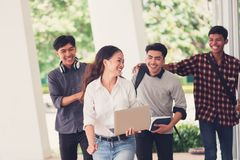 Groupe d'étudiants marchant dehors ensemble dans le campus, Image libre de droits