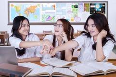 Groupe d'étudiants modernes joignant des mains Photographie stock libre de droits