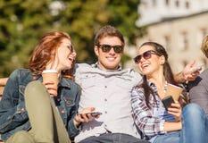 Groupe d'étudiants ou d'adolescents avec des smartphones Image libre de droits