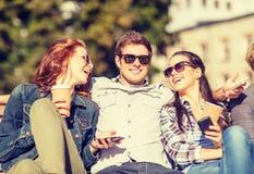 Groupe d'étudiants ou d'adolescents avec des smartphones Photos libres de droits