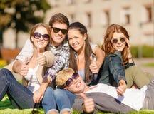 Groupe d'étudiants ou d'adolescents montrant des pouces  Photographie stock libre de droits