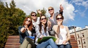 Groupe d'étudiants ou d'adolescents montrant des pouces Image stock