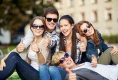 Groupe d'étudiants ou d'adolescents montrant des pouces Photos stock