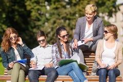 Groupe d'étudiants ou d'adolescents traînant images stock