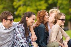 Groupe d'étudiants ou d'adolescents traînant Photographie stock