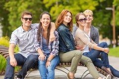 Groupe d'étudiants ou d'adolescents traînant Photo stock