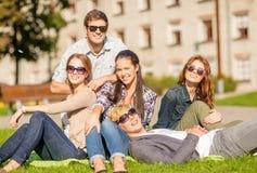 Groupe d'étudiants ou d'adolescents traînant Image libre de droits