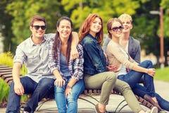 Groupe d'étudiants ou d'adolescents traînant Photo libre de droits