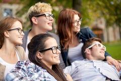 Groupe d'étudiants ou d'adolescents traînant Image stock