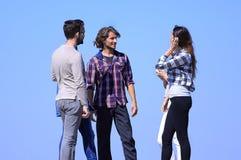 Groupe d'étudiants parlant tout en se tenant dehors Photo stock