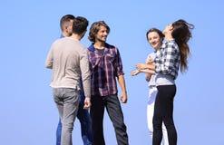Groupe d'étudiants parlant tout en se tenant dehors Photos libres de droits