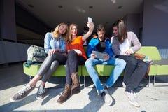 Groupe d'étudiants prenant le selfie Photos stock