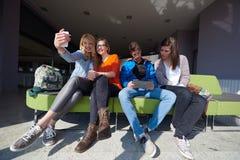 Groupe d'étudiants prenant le selfie Image stock