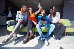 Groupe d'étudiants prenant le selfie Image libre de droits