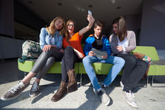 Groupe d'étudiants prenant le selfie Photo libre de droits