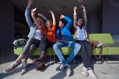 Groupe d'étudiants prenant le selfie Images stock