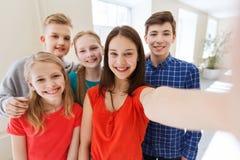 Groupe d'étudiants prenant le selfie avec le smartphone Photos stock