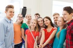 Groupe d'étudiants prenant le selfie avec le smartphone Photo libre de droits