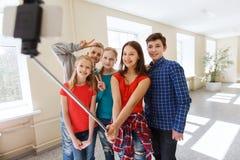 Groupe d'étudiants prenant le selfie avec le smartphone Images stock
