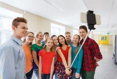 Groupe d'étudiants prenant le selfie avec le smartphone Photographie stock libre de droits