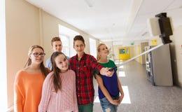 Groupe d'étudiants prenant le selfie avec le smartphone Image libre de droits